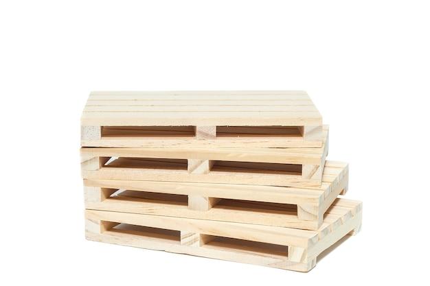 Pusta paleta drewniana na białym tle.
