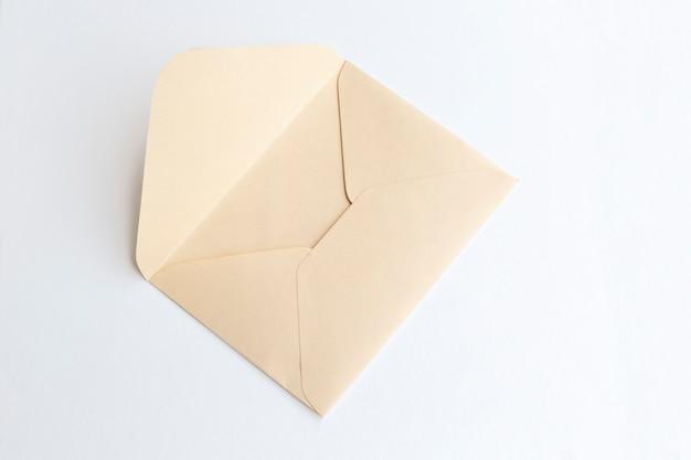 Pusta papierowa koperta, list dla poczta na lekkim tle