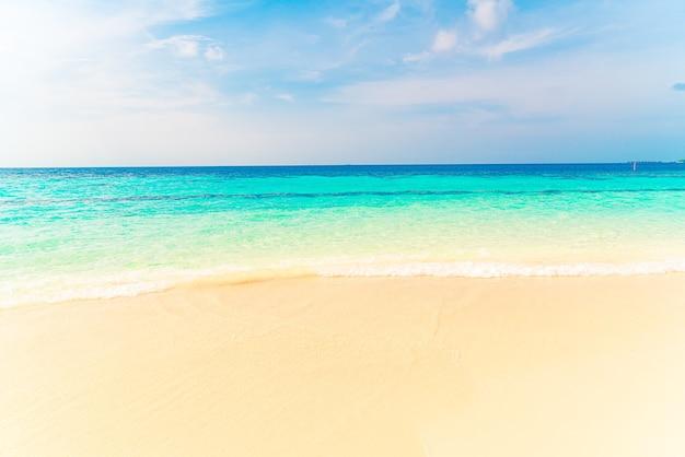 Pusta piękna tropikalna plaża, morze i błękitne niebo
