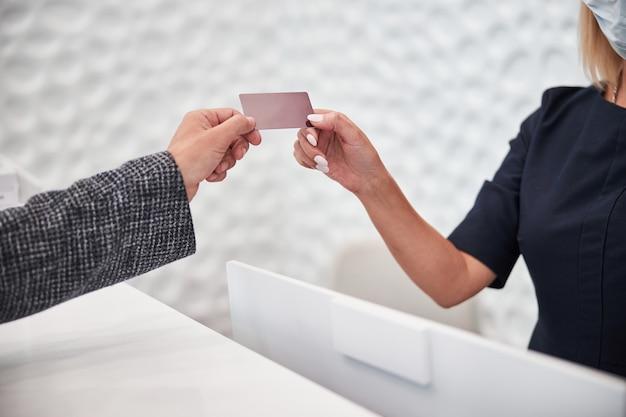 Pusta plastikowa karta wręczana klientowi sklepu przez pracownika;