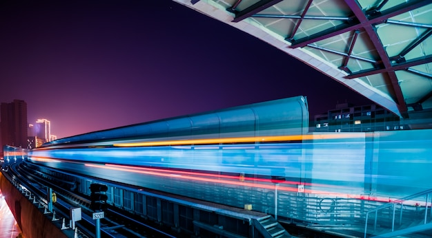 Pusta platforma kolejowa