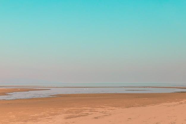 Pusta plaża na początku lub na końcu tła sezonu turystycznego z miejsca na kopię.