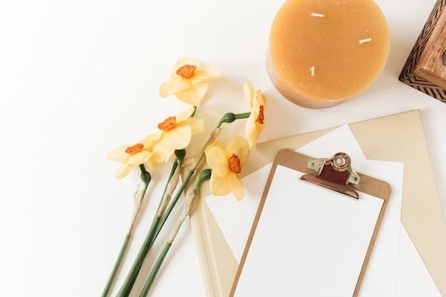 Pusta podkładka do schowka z kwiatami narcyzów