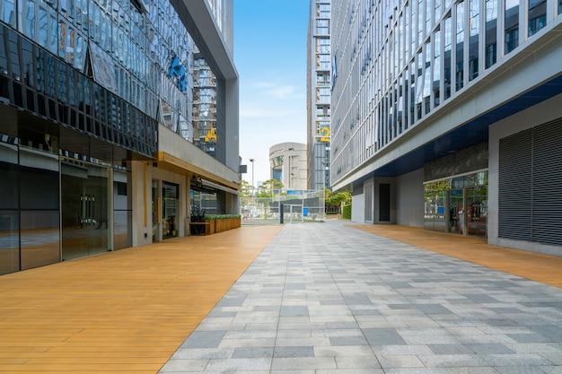 Pusta podłoga i budynek biurowy w centrum finansowym, shenzhen, chiny
