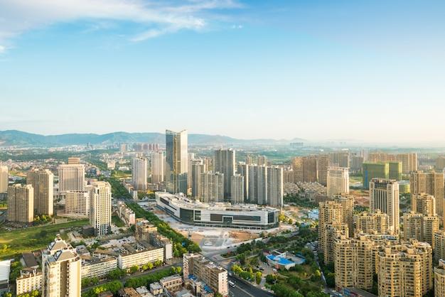Pusta podłoga z nowoczesną panoramą i budynkami