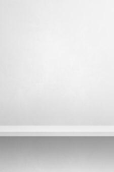 Pusta półka na białej ścianie. scena szablonu tła. pionowe tło