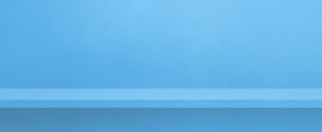 Pusta półka na niebieskiej ścianie. scena szablonu tła. baner poziomy