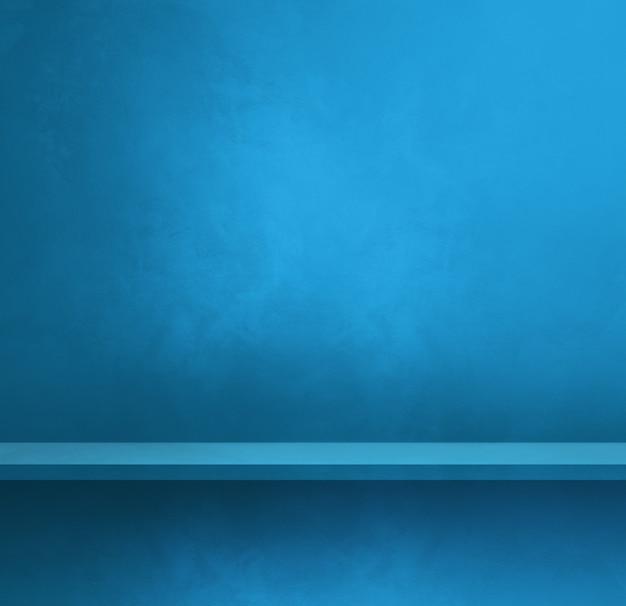 Pusta półka na niebieskiej ścianie. scena szablonu tła. kwadratowy baner