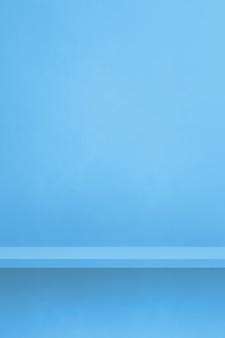 Pusta półka na niebieskiej ścianie. scena szablonu tła. pionowe tło