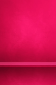 Pusta półka na różowej ścianie. scena szablonu tła. pionowe tło