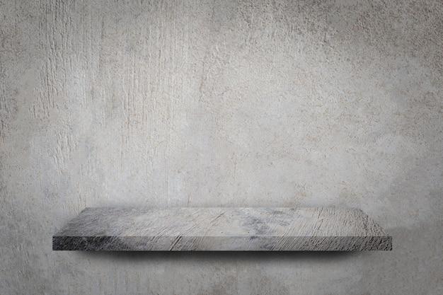 Pusta półka nad szarym betonowej ściany tłem