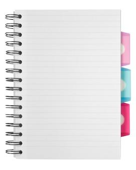 Pusta powierzchnia. papierowy notatnik spiralny na białym tle