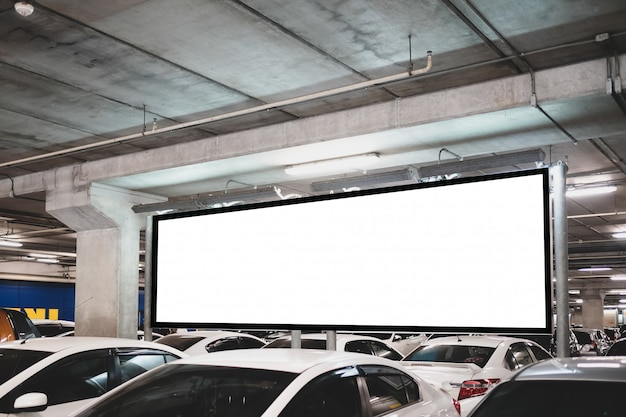 Pusta prezentacja billboardu lub reklamowego światła dla wiadomości tekstowej lub medialnej z samochodem na parkingu w rzędzie, koncepcji handlowej, marketingowej i reklamowej.