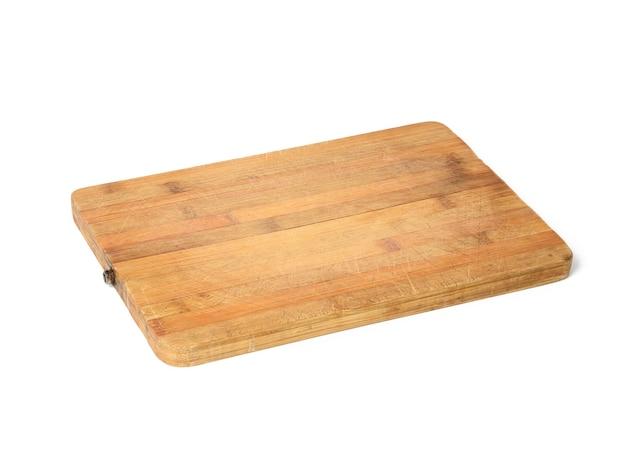 Pusta prostokątna drewniana deska kuchenna do krojenia na białym tle