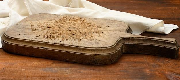 Pusta prostokątna drewniana deska kuchenna do krojenia na stole, widok z góry, kopia przestrzeń