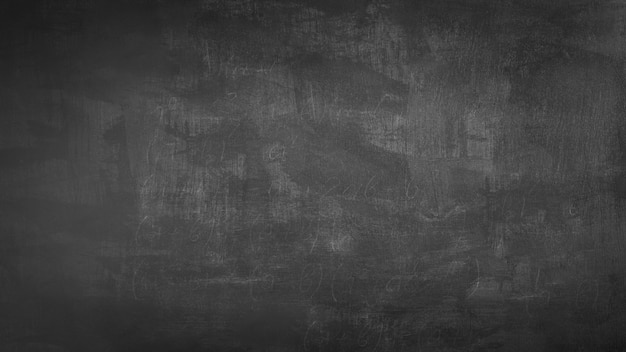 Pusta przednia prawdziwa tablica w koncepcji college'u na tapetę z powrotem do szkoły dla dzieci do tworzenia grafiki rysującej tekst białą kredą.