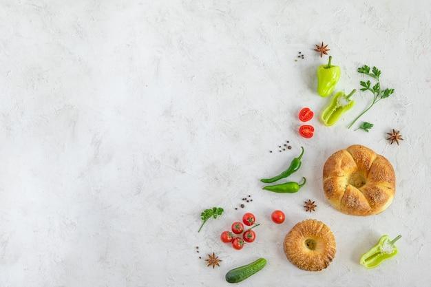 Pusta przestrzeń na projekt z uzbeckim chlebem, przyprawami, warzywami i zielenią