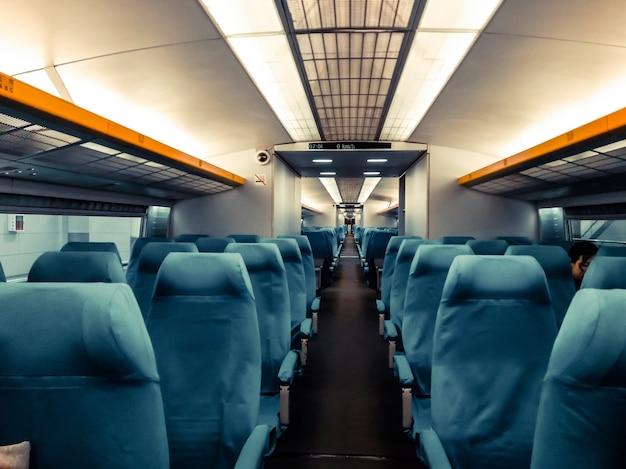 Pusta przestrzeń oparcia krzesła, wewnątrz przedziału szybkiego pociągu. wnętrze nowoczesnego pociągu międzymiastowego w chinach