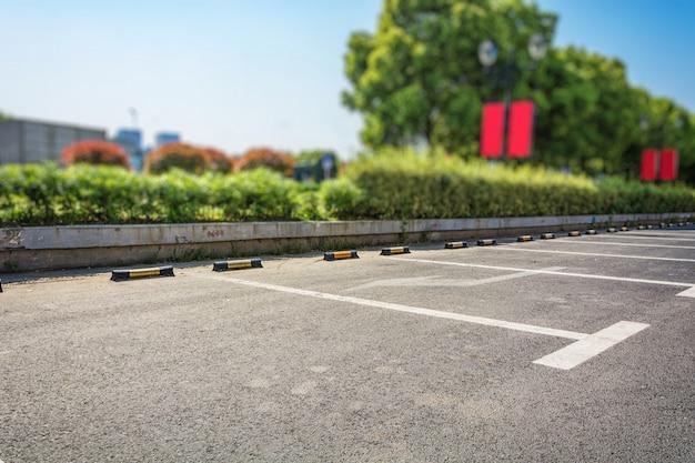 Pusta przestrzeń parkingowa, lane parkingowe na zewnątrz w parku publicznym