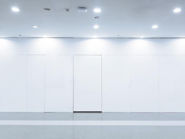 Pusta przestrzeń (pusta ściana w jasnym pokoju)