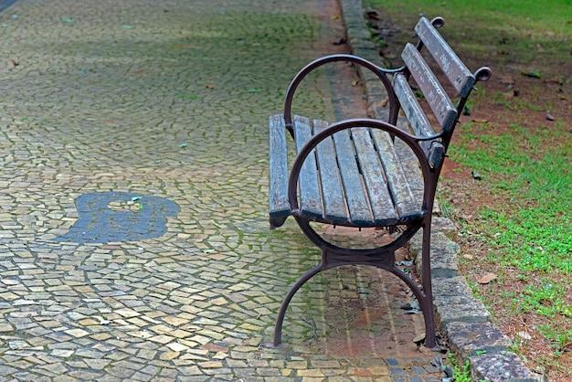 Pusta publiczna ławka na placu
