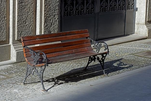 Pusta publiczna ławka na ulicy