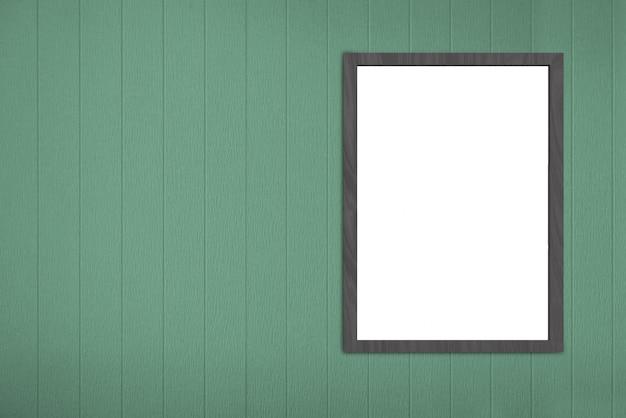 Pusta pusta biała ramka na deskę na ścianie zielonych paneli drewnianych.