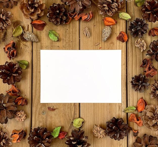 Pusta pusta ramka na zdjęcia jesienią zdobione tło