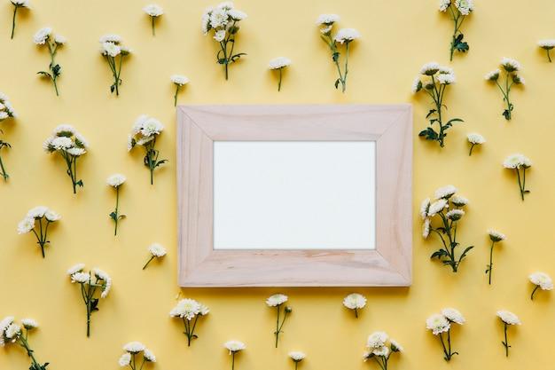 Pusta rama i białe kwiaty