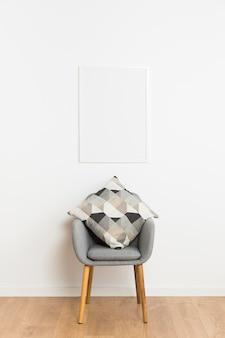 Pusta rama i krzesło z poduszkami