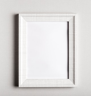 Pusta rama na prostej białej ścianie