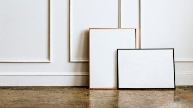 Pusta rama przy białej ścianie