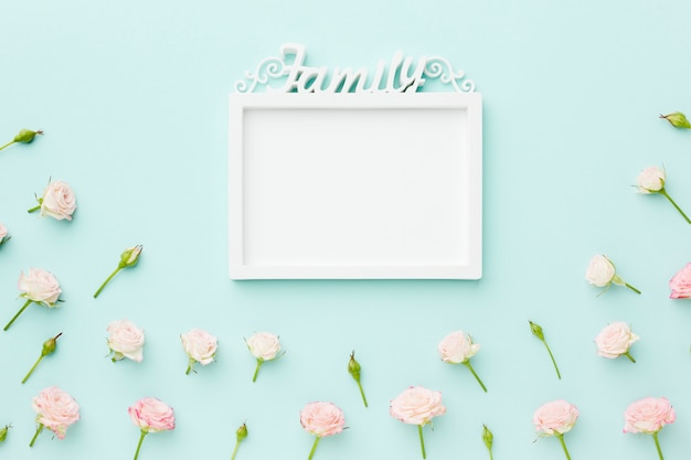 Pusta rama rodziny z kwiatami