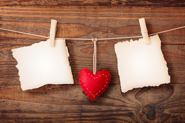 Pusta rama z kształtami serca na drewnianym stole. makiety widok z przodu.