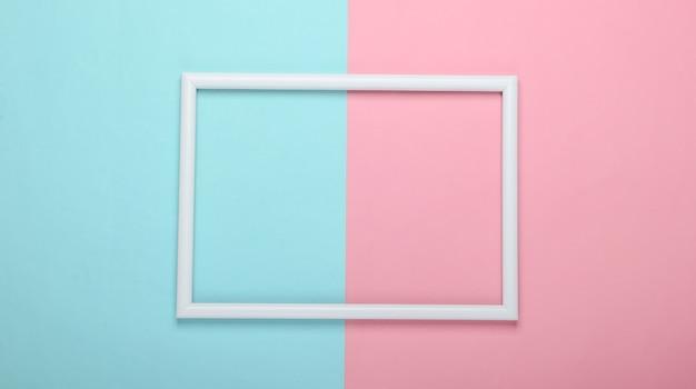 Pusta ramka do kopiowania miejsca na różowo-niebieskim pastelowej powierzchni