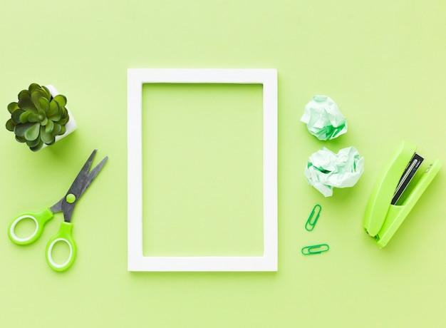Pusta ramka i zielone artykuły papiernicze