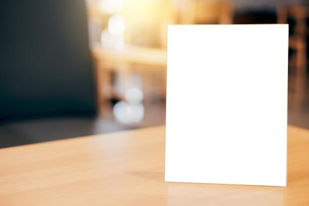 Pusta ramka menu na stole w kawiarni stoją za tekstem wyświetlacza