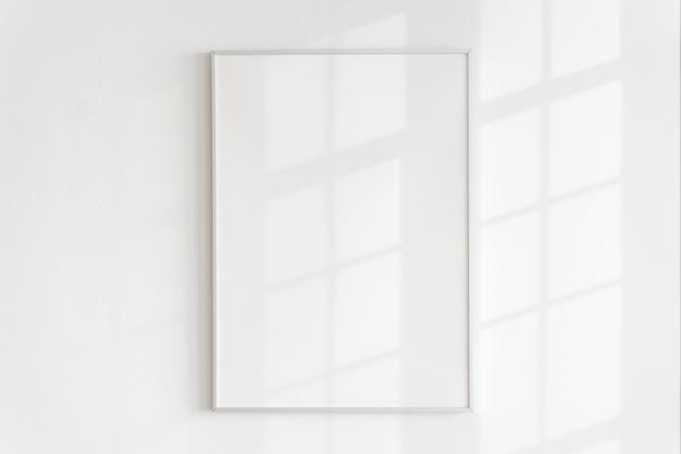 Pusta ramka na ścianie z naturalnym światłem
