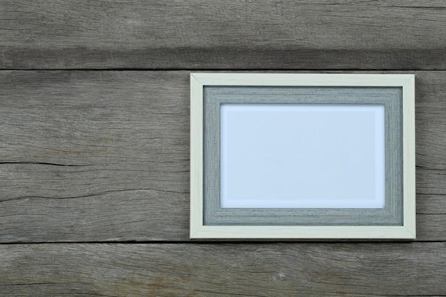 Pusta ramka na zdjęcia archiwalne na stare drewno
