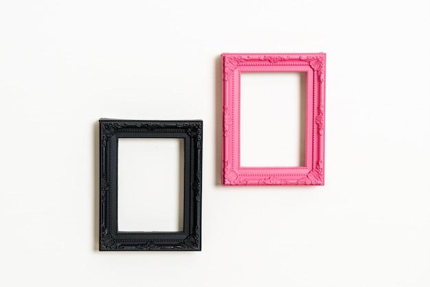 Pusta ramka na zdjęcia na białej ścianie