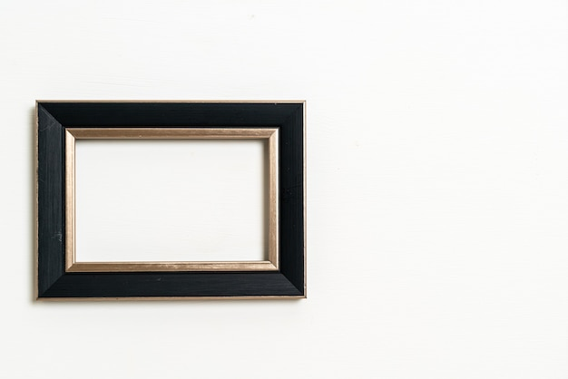 Pusta ramka na zdjęcia na białym tle ściany z miejscem na kopię