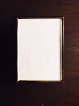 Pusta ramka na zdjęcia na drewnianym tle luksusowy wystrój domu i wystrój wnętrz plakat i nadruk...