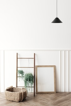 Pusta ramka na zdjęcia przy drewnianej drabinie