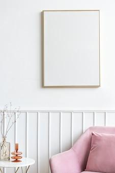 Pusta ramka na zdjęcia przy różowym aksamitnym fotelu
