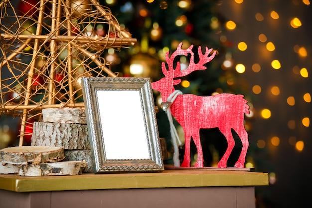 Pusta ramka na zdjęcia w świątecznym wnętrzu