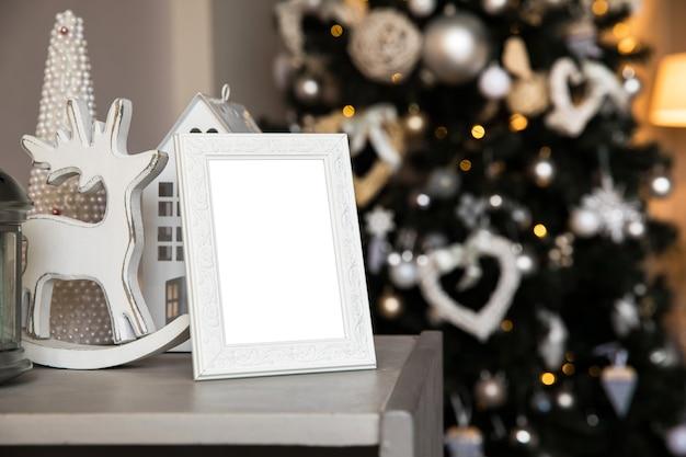 Pusta ramka na zdjęcia z bożonarodzeniowym wnętrzem