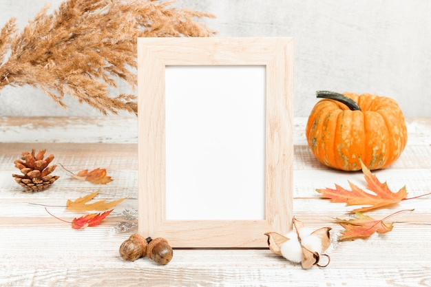 Pusta ramka na zdjęcia z dyniowymi i jesiennymi dekoracjami