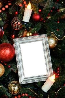 Pusta ramka na zdjęcia z zabawkami i świecami