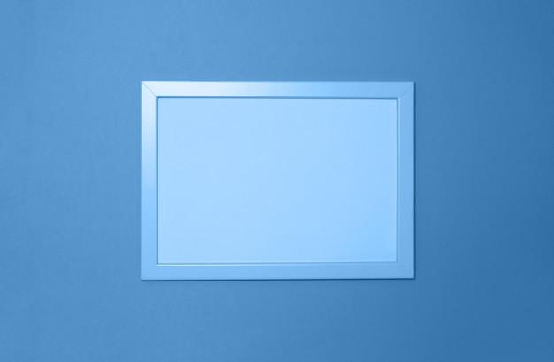 Pusta ramka na zdjęcie w klasycznym niebieskim kolorze. skopiuj miejsce na tekst. poziomy. kolor koncepcji roku 2020, zbiór do makiety. widok z góry. minimalistyczny styl
