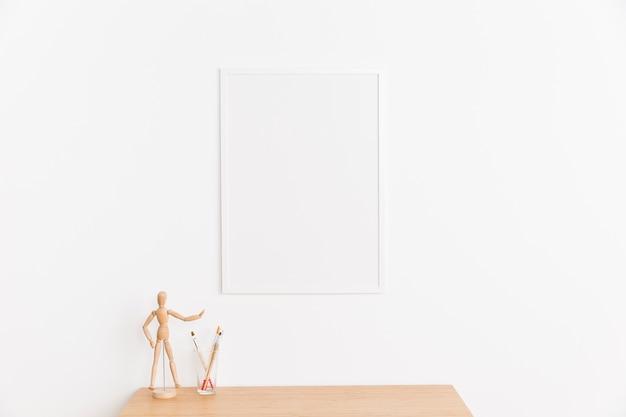 Pusta ramka ze stołem i figurą